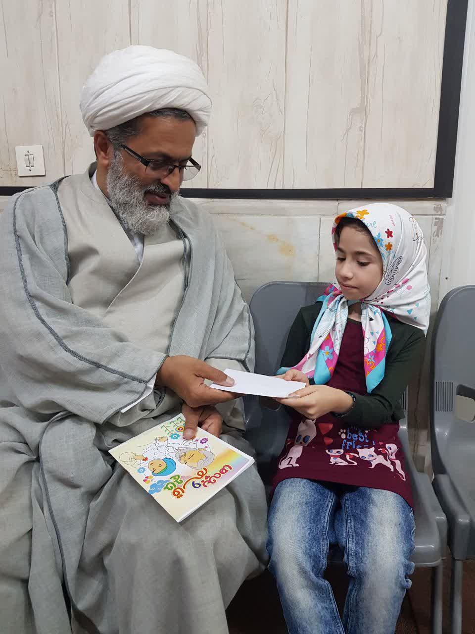 تجلیل امام جمعه شهرستان هرسین از کودک نویسنده کتاب «حاج قاسم و بچه ها»